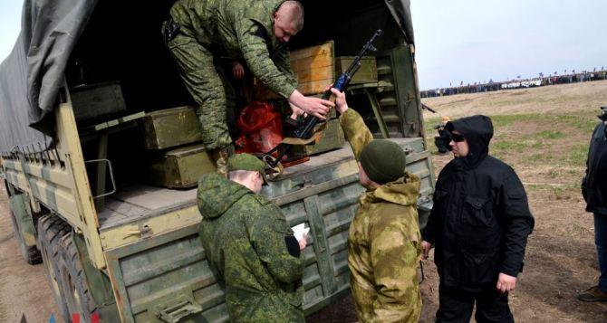 В ДНР выдали резервистам с военным опытом боевое оружие на хранение
