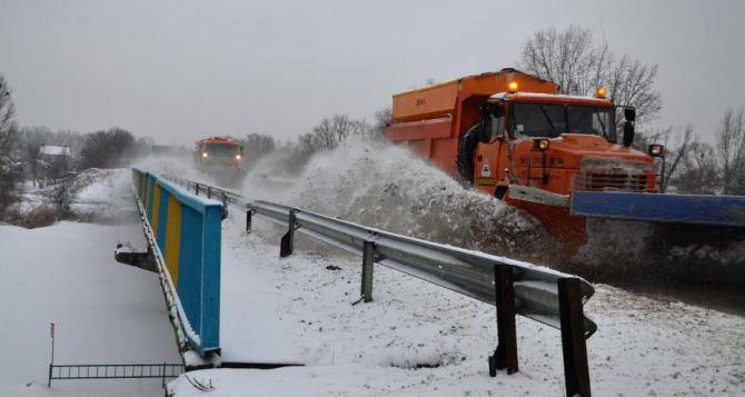 В Харьковской области убирают снег 150 единиц техники и 350 рабочих