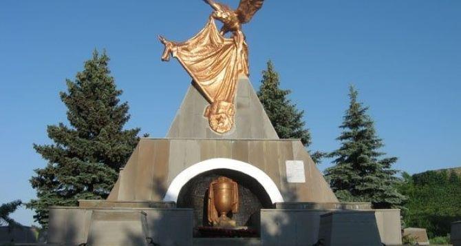 В Луганске коммунальщики завершают благоустройство памятников