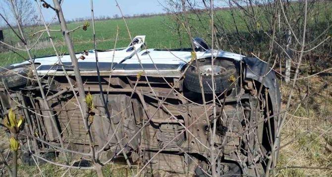 В Луганской области перевернулся автобус, который ехал в Станицу (фото)