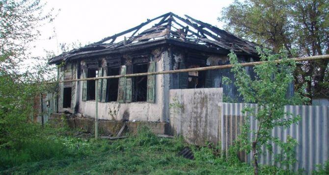 В Станице Луганской в результате обстрела сгорел дом (фото)