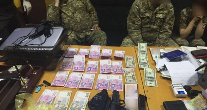 В Харьковской области военком попался на взятке в $1000
