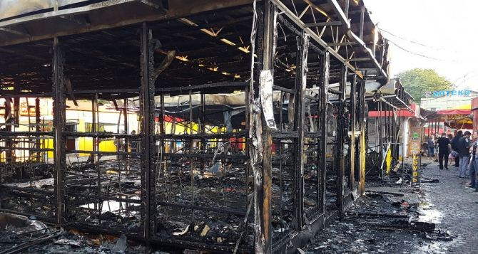 Крупный пожар на харьковском рынке уничтожил несколько магазинов
