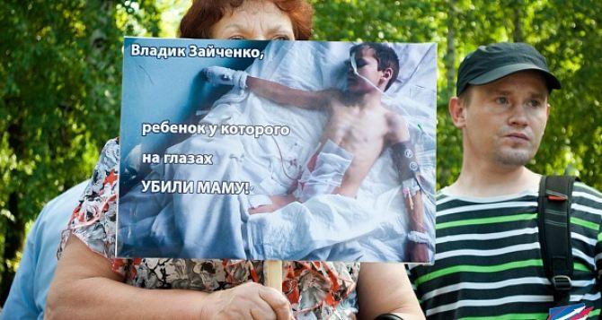 «Мир, открой глаза». В Донецке прошел митинг против обстрелов