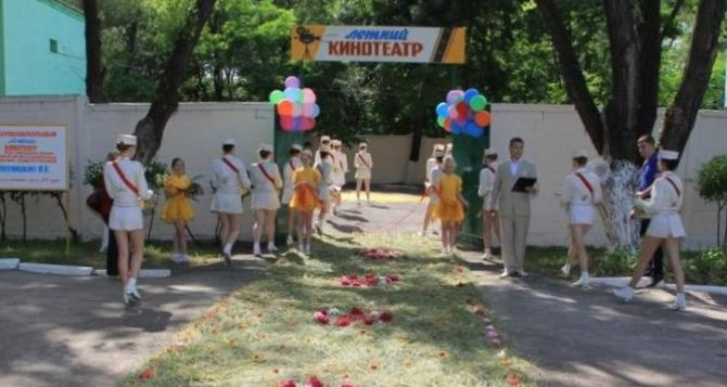 В Алчевске открыли кинотеатр под открытым небом (фото)