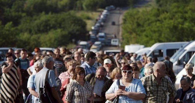 В этой толпе можно умереть. —Луганчане об очередях на КПП «Станица Луганская»