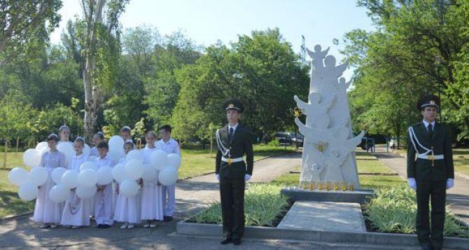 В Луганске открыли памятник погибшим во время войны детям (фото, видео)
