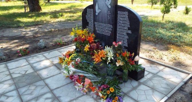 В Станице Луганской открыли памятник погибшим с начала АТО мирным жителям (Фото)