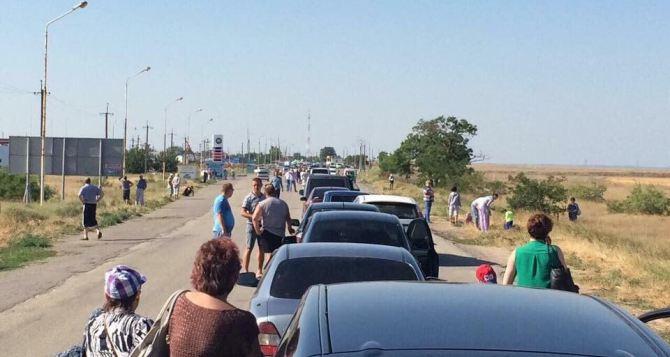 На границе с Крымом критическая ситуация. Очереди на Чонгаре— километровые