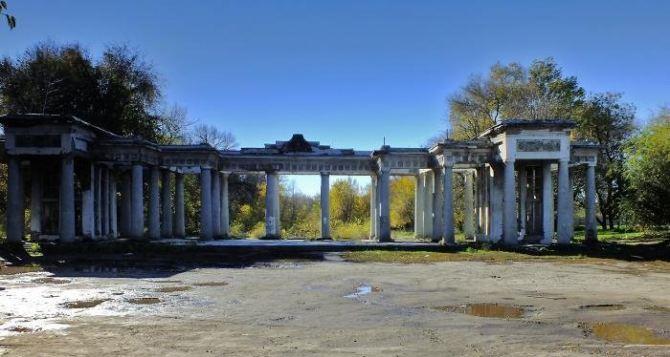 В Луганске продолжают восстанавливать арку в парке Горького