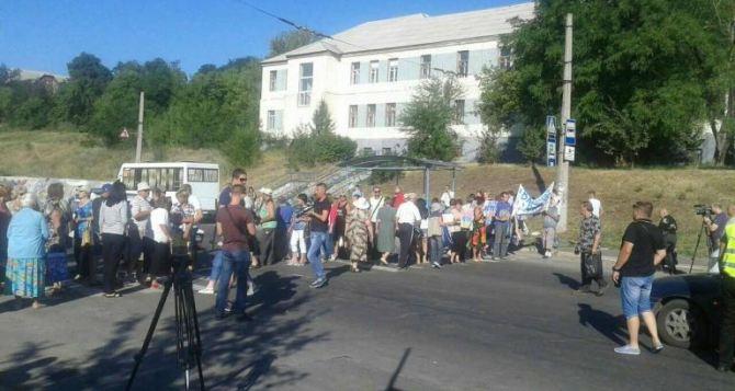 В Лисичанске люди перекрыли одну из главных дорог
