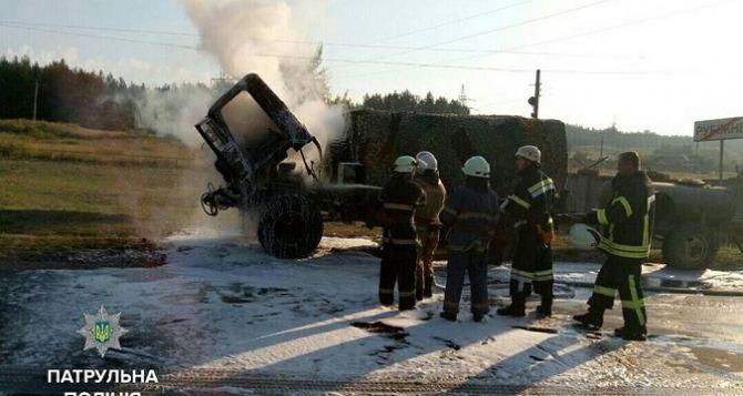 Возле Северодонецка на ходу загорелся грузовик с военными