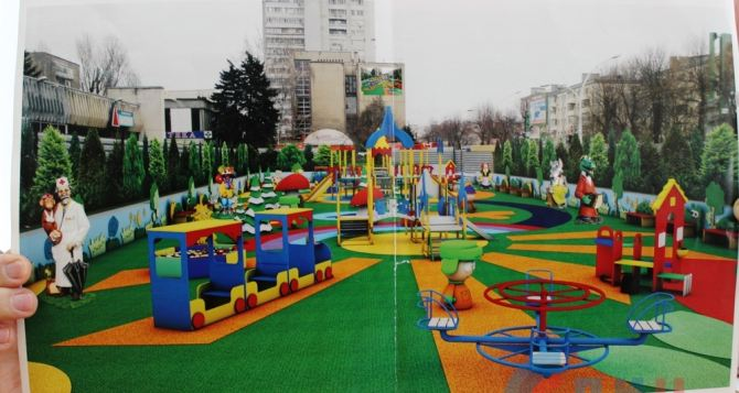 В центре Луганска начали работы по установке детской площадки вместо фонтана