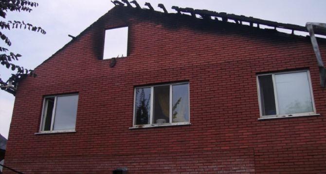 В Луганске в результате удара молнии загорелся жилой дом