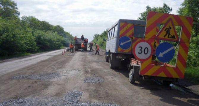 Харьковские дорожники отремонтируют разрушенную дорогу на Луганск