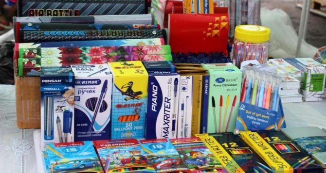 В Луганске на выходных открылась ярмарка «Школьный базар» (фото)