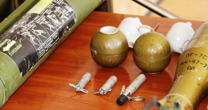 Под Антрацитом обнаружили тайник с оружием и боеприпасами