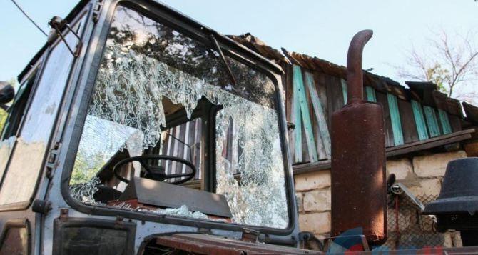 Последствия обстрела поселка Донецкий в ЛНР (фото)