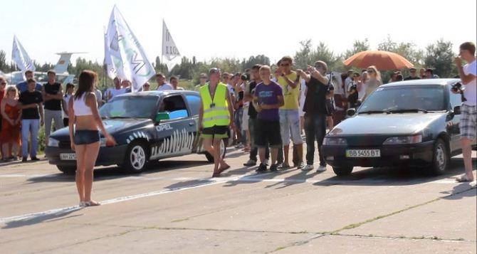 В Луганске прошли автомобильные соревнования по дрэг-рейсингу (видео)