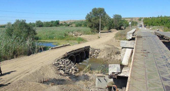 Вблизи прифронтового села Троицкое восстанавливают разрушенный мост