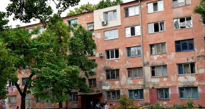 Переселенцев из Донбасса расселили в аварийном общежитии в Херсоне (фото)