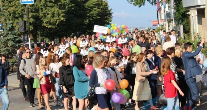 Луганские студенты отметили 1сентября праздничным маршем (фото)