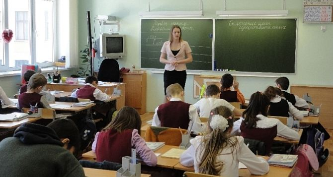 Стало известно, какие зарплаты учителям предусматривает новый закон «Об образовании»