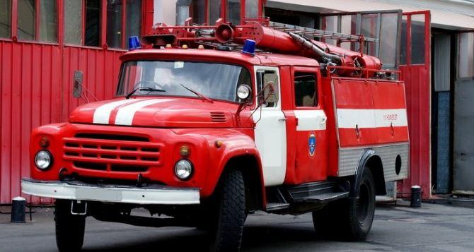 Пожарные ликвидируют возгорание на месте взрыва в Луганске