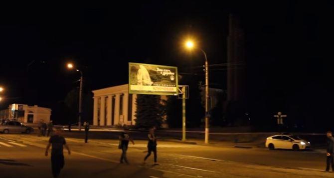 Появилось первое видео с места взрыва памятника в центре Луганска (видео)