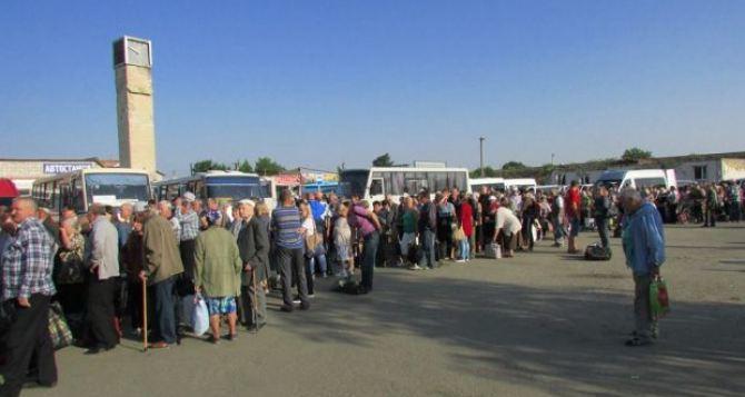 Появились фото сегодняшних очередей на КПВВ «Станица-Луганская»