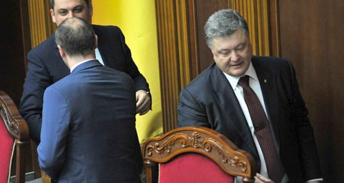Большинство украинцев не одобряют работу Порошенко, Гройсмана и Парубия. —Опрос