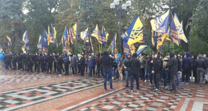 Правый сектор протестует под Радой против закона Порошенко о Донбассе (фото)