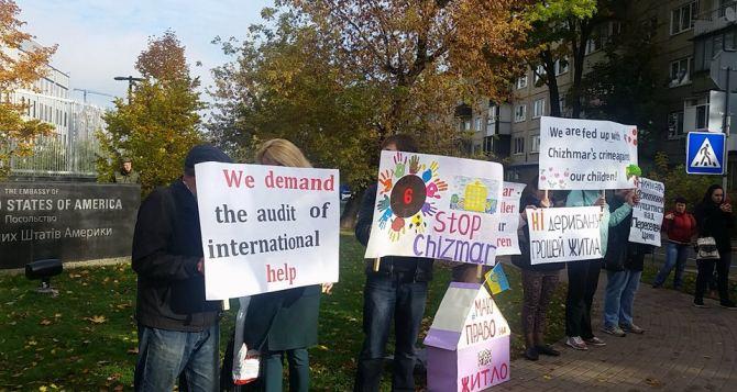 Под посольством США в Украине протестовали переселенцы из Донбасса