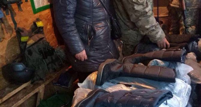 На КПВВ в Станице задержали женщину с партией зимней обуви (фото)