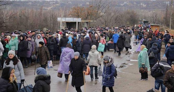 Пункт пропуска в Станице Луганской за сутки пересекли 8005 человек