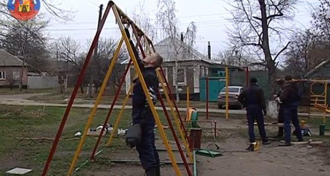 Как в Луганске восстанавливают детские площадки (видео)