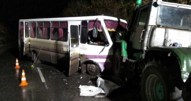 В Луганской области произошло серьезное ДТП с участием пассажирского автобуса (фото)