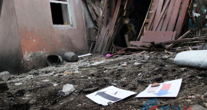 Мы еле убежали. Все живы, и все куклы мои тоже,— 4-х летняя Вика из Первомайска чудом уцелела при попадании в дом двух снарядов ВСУ (ФОТО)