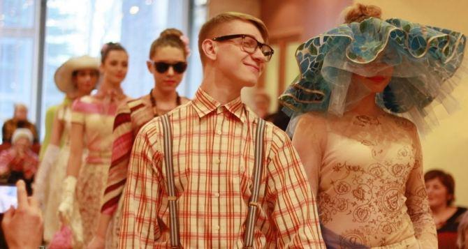 Коллекцию одежды в стиле 60-х представила педагог луганского колледжа искусств