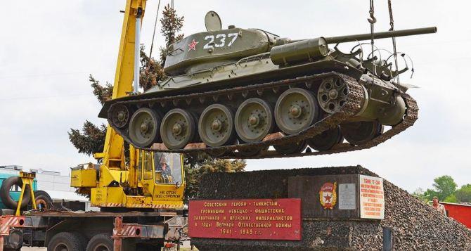 В Луганске начинают демонтаж памятников с военной техникой