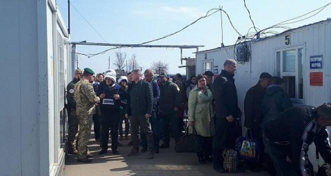 Пункт пропуска в Станице Луганской за сутки пересекли 10105 человек