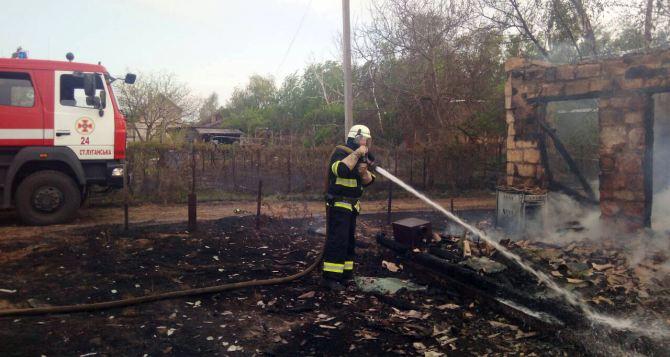 В Станично-Луганском районе горела трава и хозпостройки