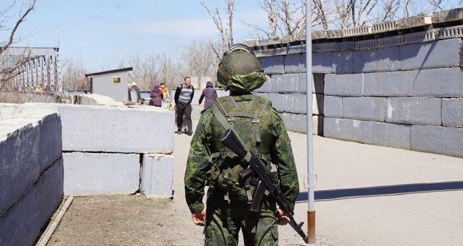 При обстреле блок поста «Станица Луганская» повредили центр выдачи денежной помощи