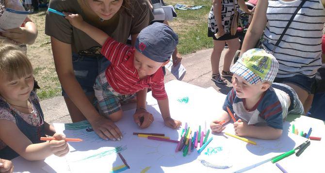 В Станице Луганской на немецкие деньги организовали праздник для детей