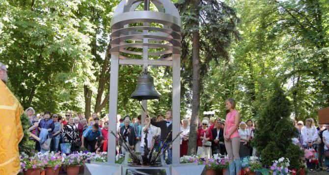 В Луганске открыли памятник «Жертвам авиаудара 2июня 2014 года»