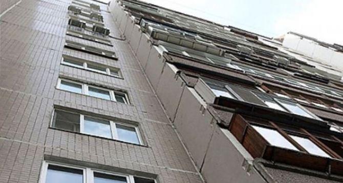 В Алчевске мужчина выпал с балкона и погиб