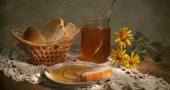 Сегодня Первый— Медовый Спас. Вечером надо съесть ложку меда, а перед этим загадать желание