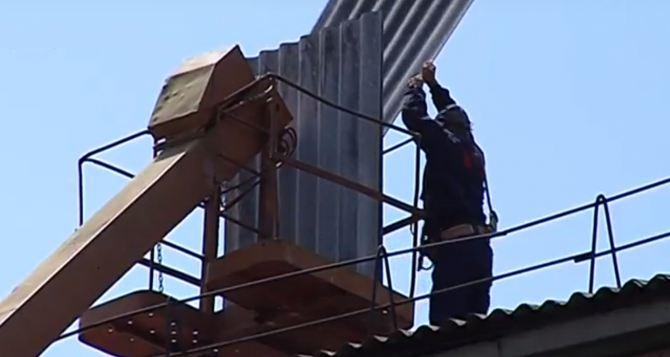 В Луганске идет ремонт кровли многоэтажек
