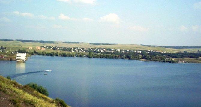 Две девушки на надувном матрасе уплыли на полтора километра от берега в Успенском водохранилище