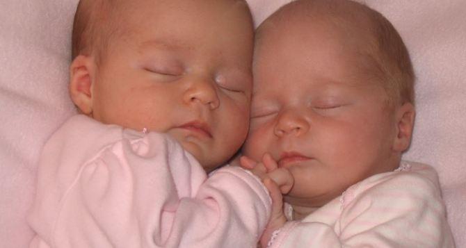 Четыре двойни родились за неделю в Луганске